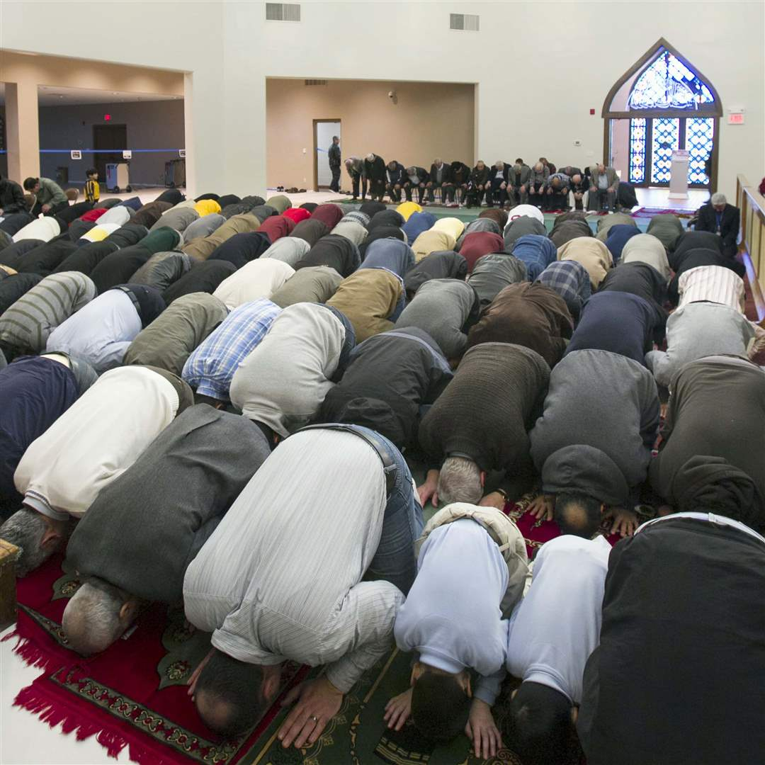 Islamic-Center-bowing