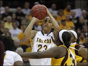 UT's Inma Zanoguera shoots over CMU defenders.