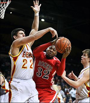 DeVonte Pratt of Rogers battles Mike Tyler of Brecksville-Broadview Heights in a regional final.