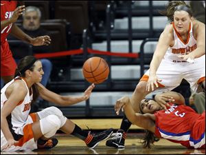 Bowling Green State University guard Chrissy Steffen (21) and forward Jill Stein (40) battle SMU forward Akil Simpson (5) for a loose ball.