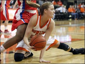 Bowling Green State University guard Miriam Justinger keeps the ball inbounds.