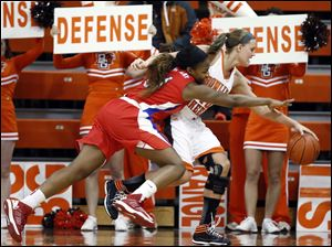 Bowling Green State University forward Jill Stein (40) battles SMU forward Destynee Hives-McCray (31) for a loose ball.