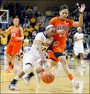 Toledo's Andola Dortch drives against Illinois' Alexis Smith during the second half of their third-round WNIT game.