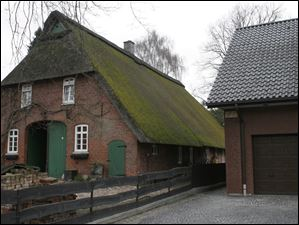 A barn in Delmenhorst with a thatch roof.