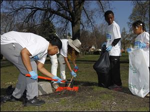 From left: parent Raymona Burton, Jacoya Warren, 17, Secon Tucker, 13 and Malaya Smith, 6 cleanup up glass shards.