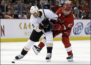 Anaheim's Ryan Getzlaf holds off Detroit's Pavel Datsyuk while battling for the puck in the second period.