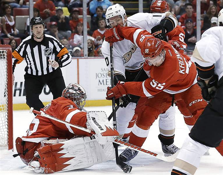 Red-Wings-Kronwall-clearing