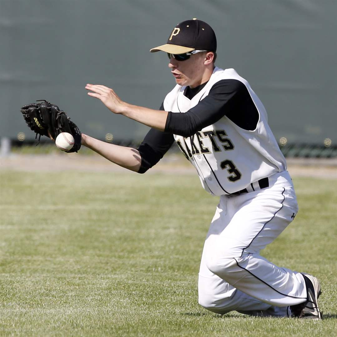 Perrysburg-RF-Zach-Honsberger-3-can-t-make-the-play