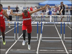 Eastwood's Joey Salinas, left, is 2nd and teammate Devin Snowden wins a heat in the 300 hurdles.