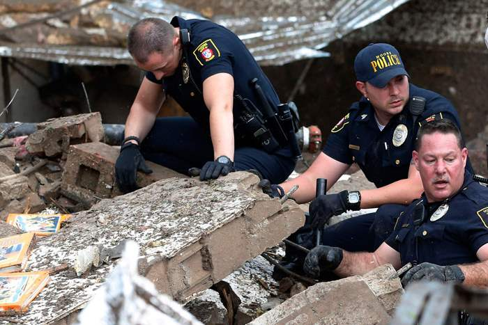 Moore-police-dig-through-the-rubble