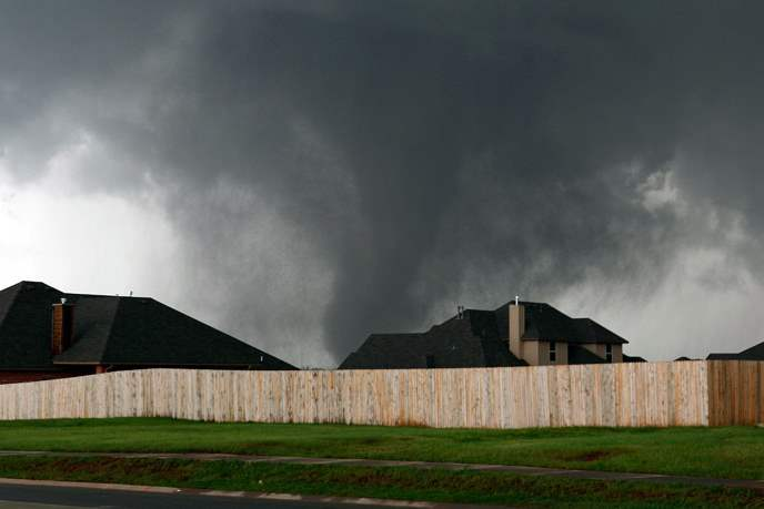 The-tornado-moves-past-homes