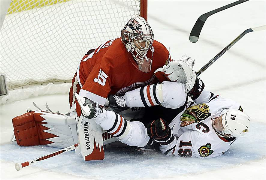 Chicago-Blackhawks-center-Jonathan-Toews-crashes-into-Detroit
