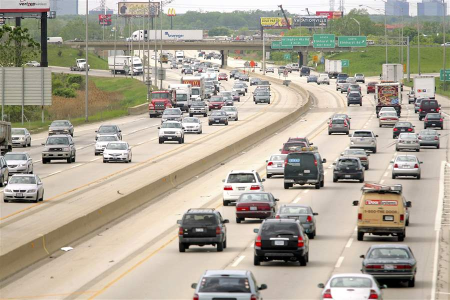 Traffic-moves-along-Interstate-90-in-Des-Plaines-Illinois