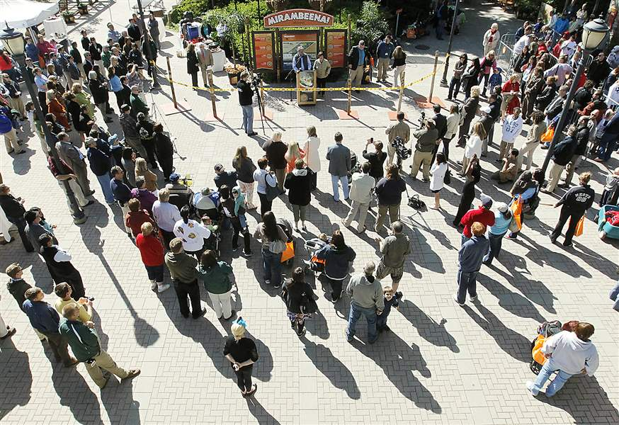 Crowds-flock-to-the-Toledo-Zoo-to-see-more-than-50