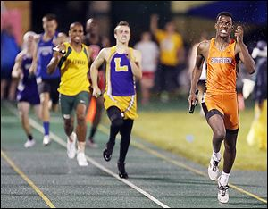 J.J. Pinckney runs the final leg as Southview captures the 1600-meter relay.