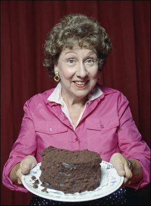 "This 1991 file photo shows Jean Stapleton in the off-Broadway musical theater piece called ""Bob Appetit."""