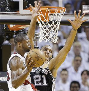 Miami's Dwyane Wade scored 17 points, but that wasn't enough against Tim Duncan and the Spurs, who too Game 1. Duncan finished with 20 points and 14 rebounds.
