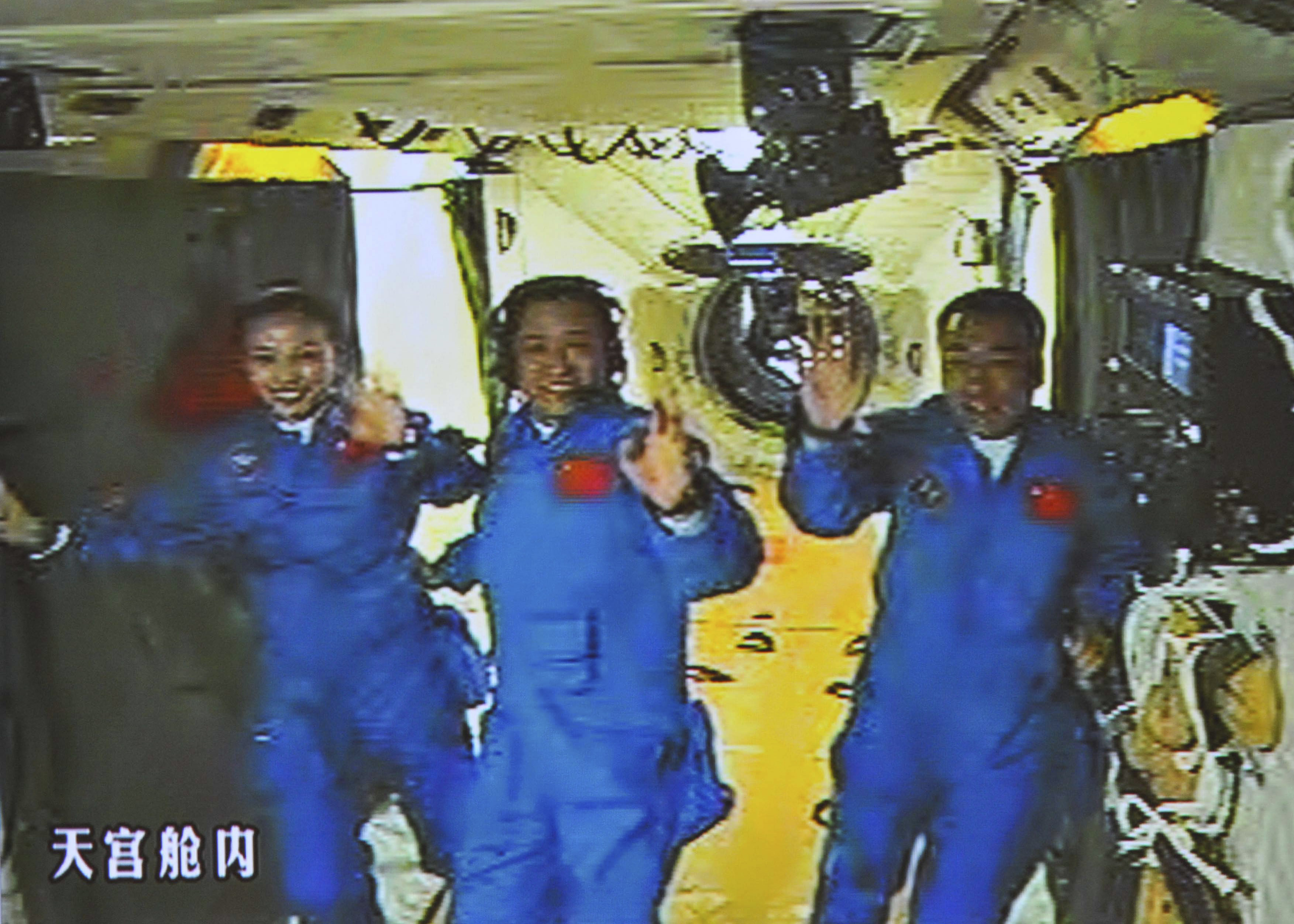 chinas shenzhou 10 ship docks with space lab the blade