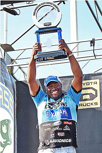 Ish-Monroe-lifts-the-Bassmaster-Elite-Series-trophy-a