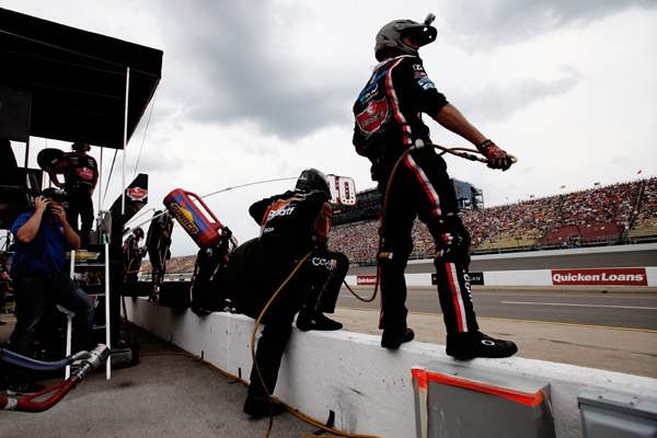 Pit-crew-members-for-40-car-driver-Reed-Sorenson-prepare-for-a-stop