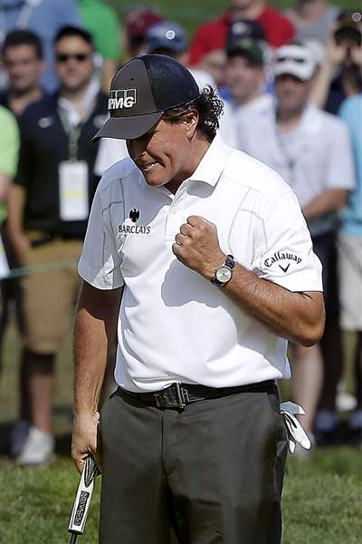 Phil-Mickelson-pumps-his-fist-after-sinki