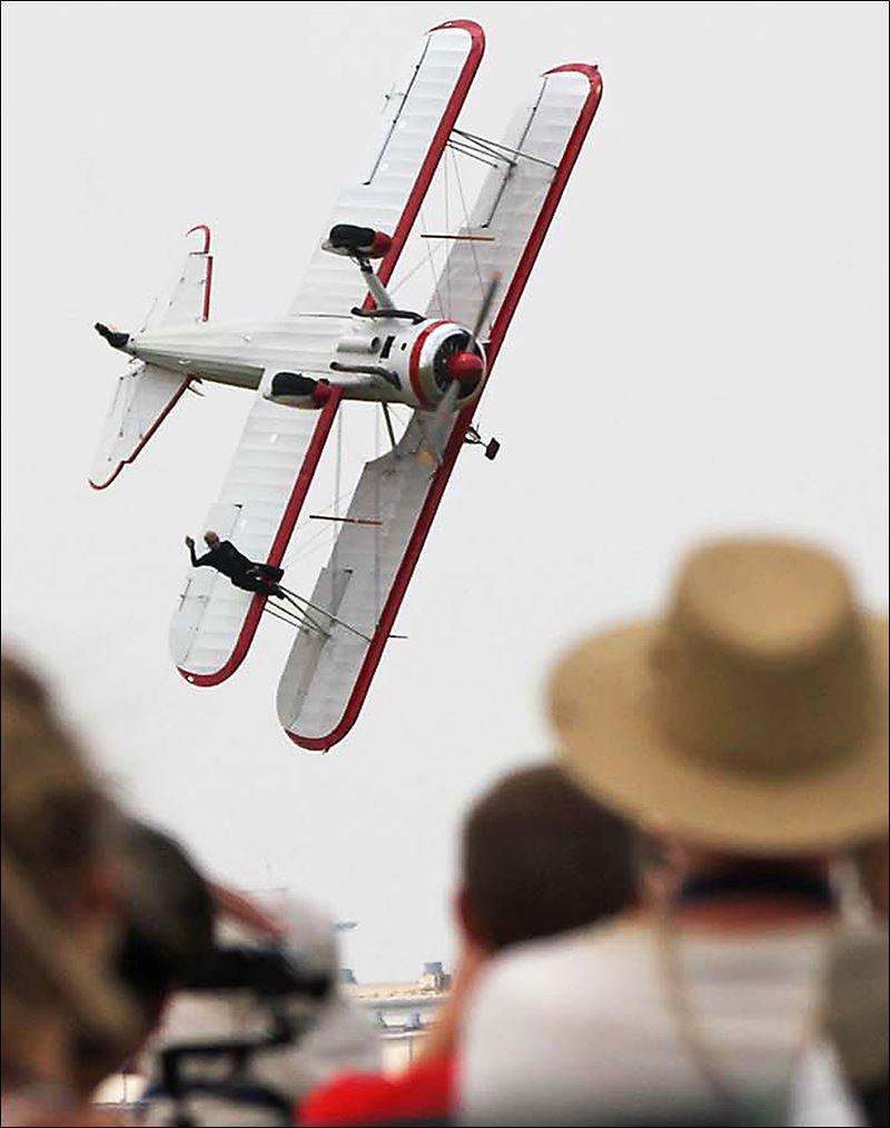 Wing Walker Pilot Die In Crash Toledo Blade