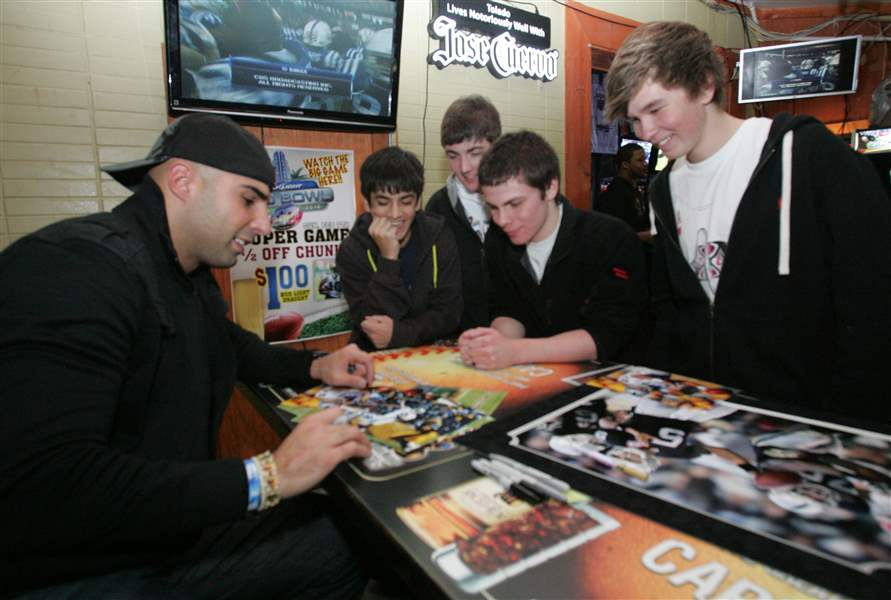 SPT-gradkowski07p-Bruce-Gradkowski-left-signs-autographs-for-from-left-Mitch-Dixon-16-Ree