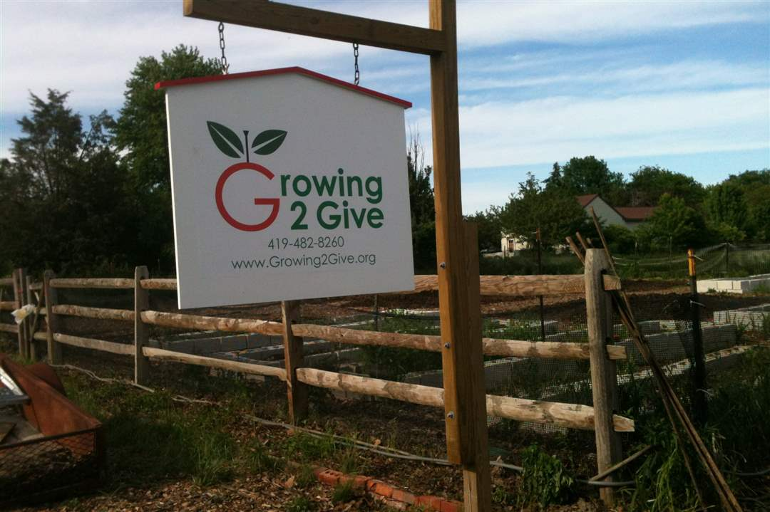 growing-2-give-garden-sign