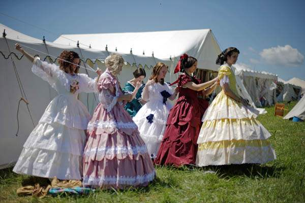 Women-in-Civil-War-era-ball-gowns-help-each-other-un