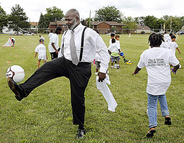 Toledo-Mayor-Mike-Bell-plays-soccer-with-childrep