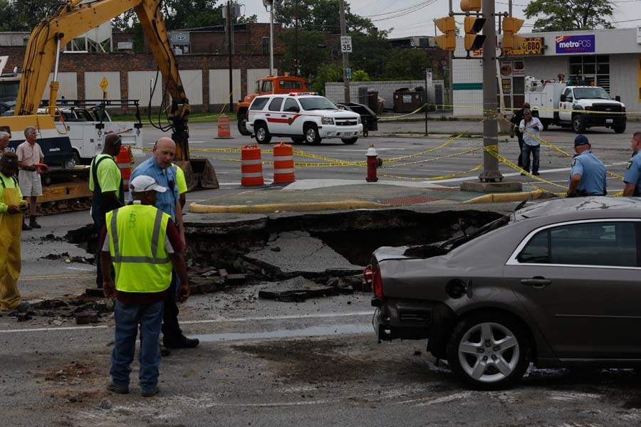 CTY-SinkHole04p-car-next-to-hole