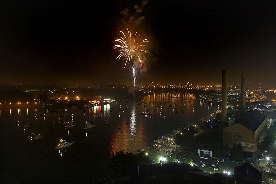Fireworks-explode-over-the-Maumee-Rive