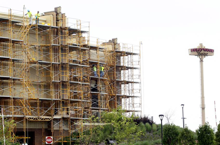 Scaffolding-is-on-the-side-of-Hollywood-Casino-w