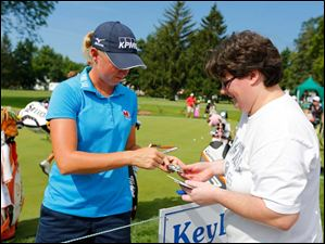 Stacy Lewis signs an autograph for Keri Kandybowicz of Columbus.