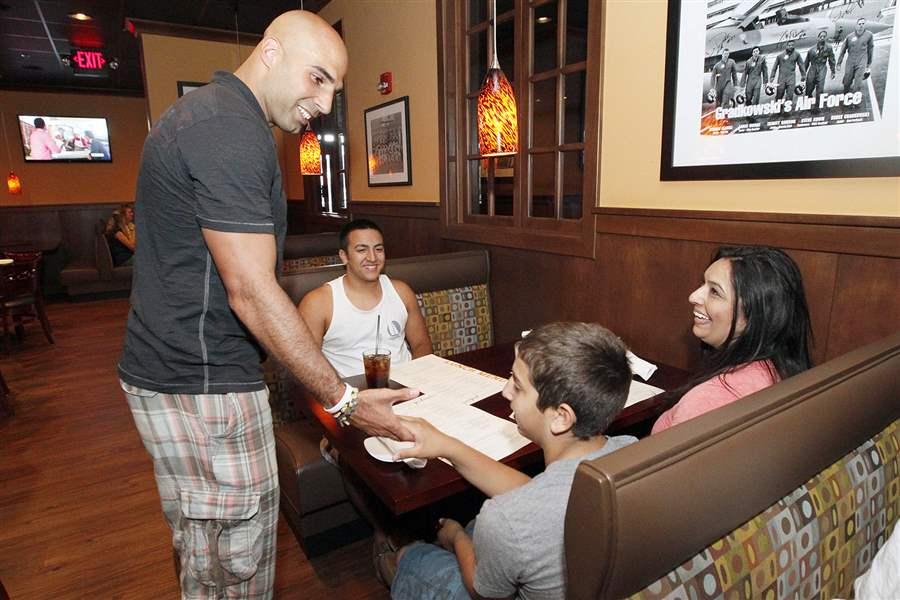 Gradkowski-talking-with-diners