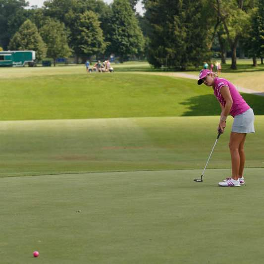 Paula-Creamer-at-the-18th-green