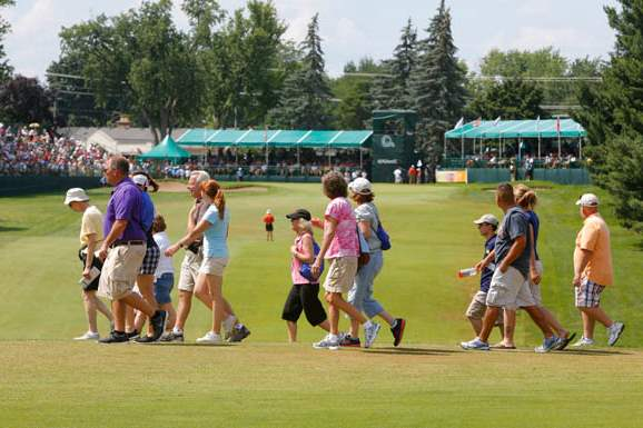 Fans-cross-the-fairway-on-18