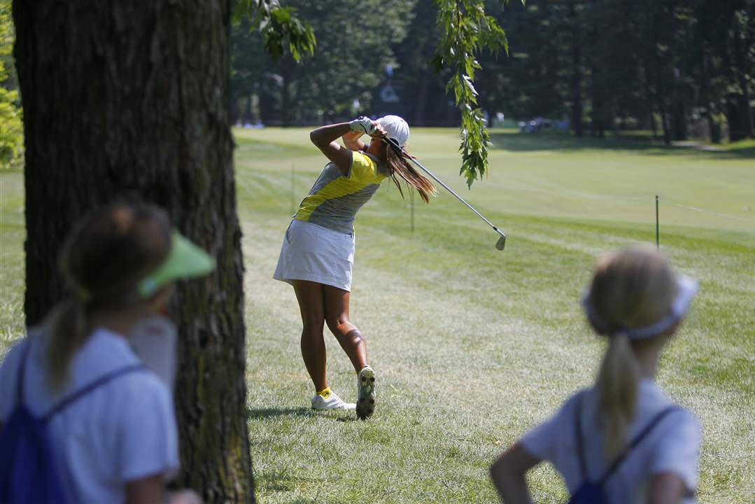 SPT-lpga20p-young-fans-watch-Uribe