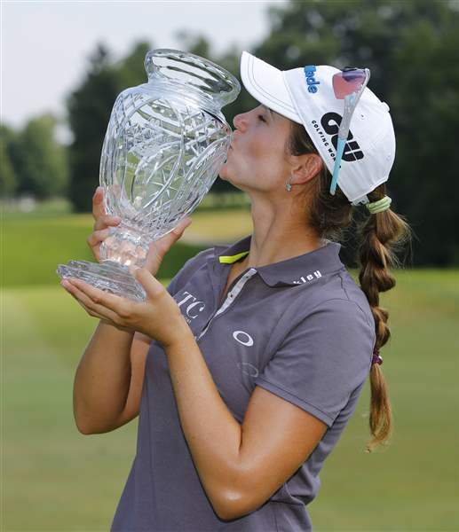 Beatriz-Recari-kisses-the-trophy-after-winning