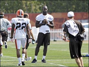 Browns linebacker Barkevious Mingo, center, watches practice on Wednesday. Doctors aren't allowing him to practice or even run.