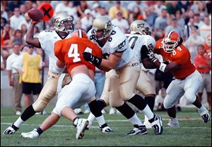 University of Central Florida quarterback Daunte Culpepper throws the ball under pressure from Bowling Green's D.J. Durkin (44) in 1998.