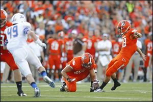 Bowling Green State University kicker Tyer Tate kicks a field goal to give the Falcons a 3-0 lead in the first quarter.