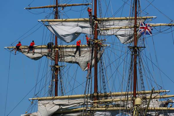 Sailors-climb-the-masts-for-the-Sorla