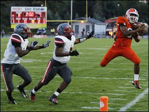 Sylvania Southview RB Keith Gilmore (9) makes a catch against Central Catholic DB Stephon Campbell (7).