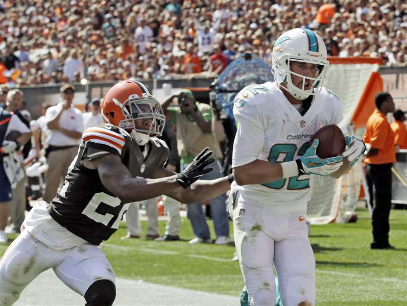 Miami-Dolphins-wide-receiver-Brian-Hartline-right-catches