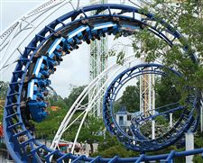 Riders-enjoy-the-Corkscrew-ride