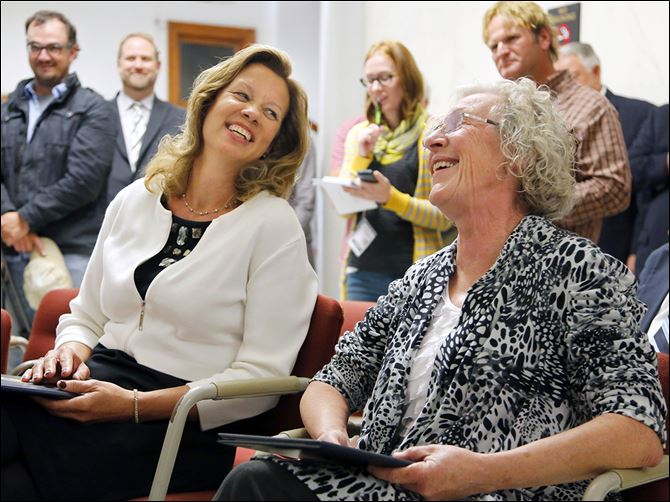 18n4medal Linda Schwartz, left, great-great-granddaughter of  Civil war hero Wilson Brown, with Roxanne Whittington Jones, daughter of Hulon Whittington, during a  rededication ceremony of the Medal of Honor plaque at the Lucas County Courthouse. The plaque was originally dedicated in 2003.