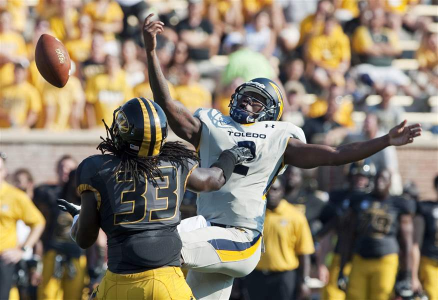 Missouri-s-Markus-Golden-left-reaches-t