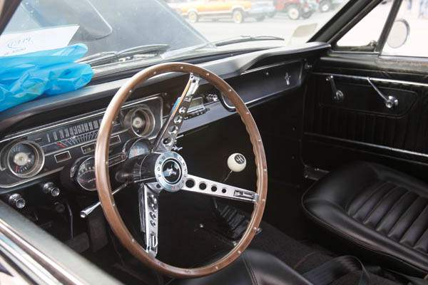 The-dash-of-a-1965-Ford-Mustang-289