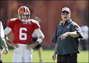 Browns offensive coordinator Norv Turner delivers instructions next to quarterback Brian Hoyer, who will start on Sunday.
